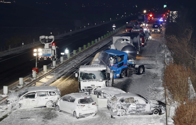 صورة مقتل شخص وتصادم أكثر من 130 سيارة على طريق سريع في اليابان بسبب الثلوج – العرب والعالم – العالم