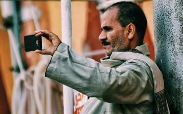الصورة: الصورة: تعرف إلى قصة الأب صاحب «لقطة الموسم» في مصر