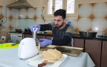 الصورة: الصورة: صانع البسكويت في غزة طالب متفوق