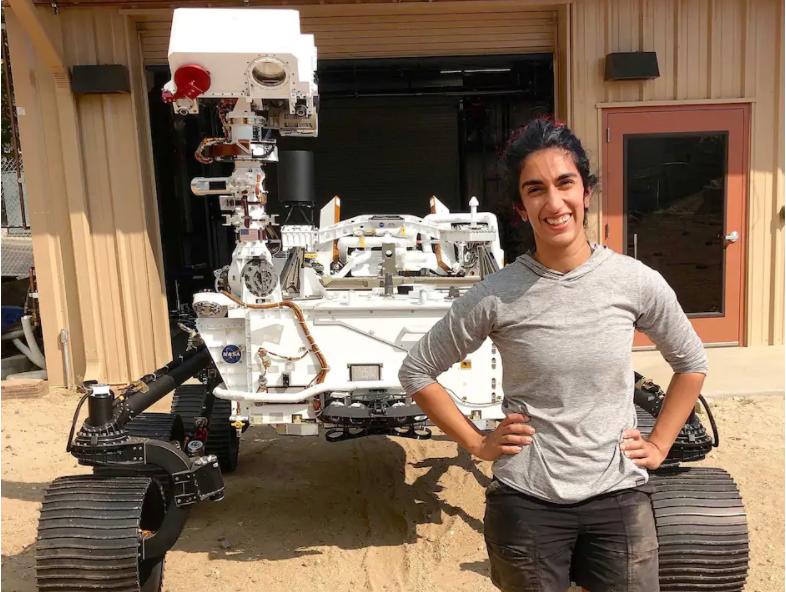 """الصورة : المهندسة فرح علي باي تقف بجانب مركبة """"بيرسيفيرانس"""" قبل انطلاقها إلى كوكب المريخ."""