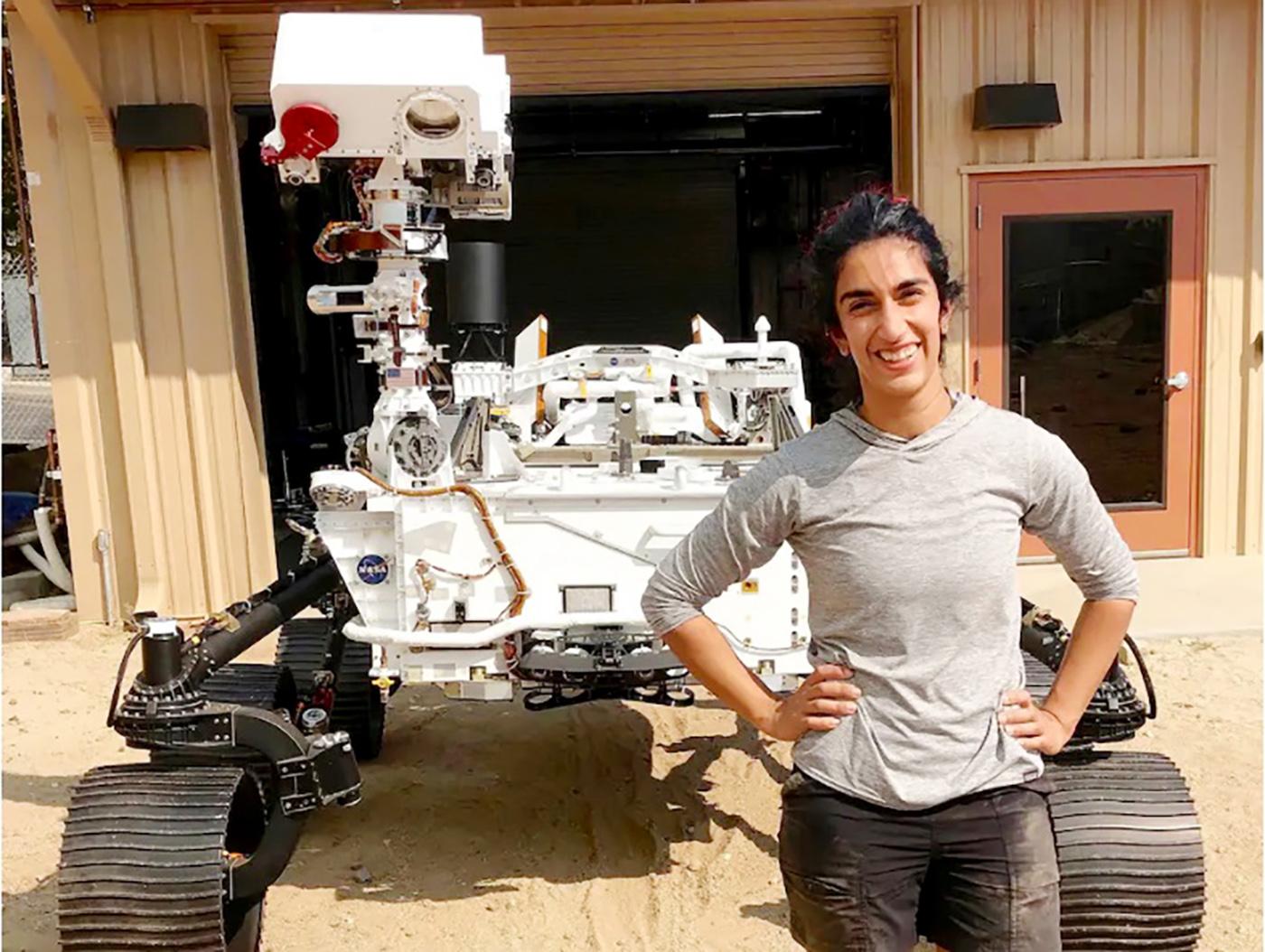 الصورة : فرح علي باي تقف بجانب مركبة «بيرسيفيرانس» قبل انطلاقها / البيان