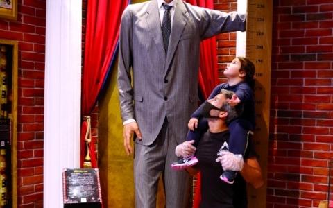 الصورة: الصورة: أطول رجل في العالم