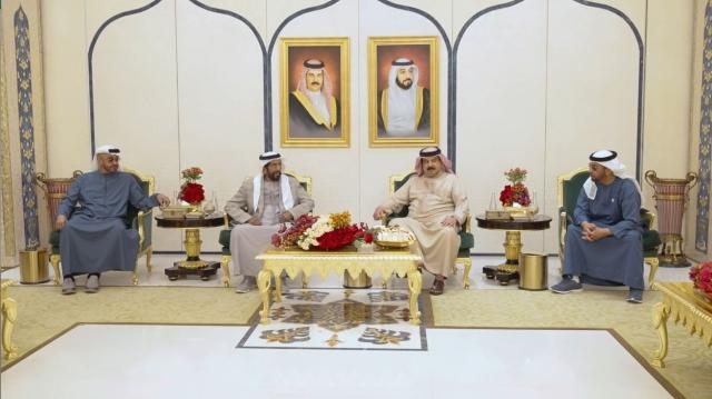 ملك البحرين يستقبل محمد بن زايد وحمدان بن زايد وطحنون بن محمد في مقر إقامته
