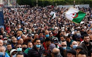 الصورة: الصورة: آلاف الجزائريين في الشوارع يطالبون بالتغيير