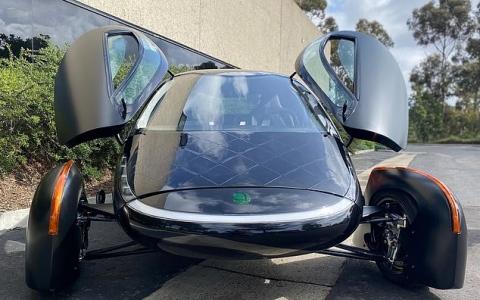 الصورة: الصورة: بكميات كبيرة وسعر مغرٍ.. أول سيارة تعمل بالطاقة الشمسية في الأسواق نهاية 2021