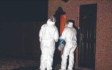 الصورة: الصورة: فريق طبي للقاح كورونا يكتشف جثة مسنة توفيت قبل سنوات داخل منزلها