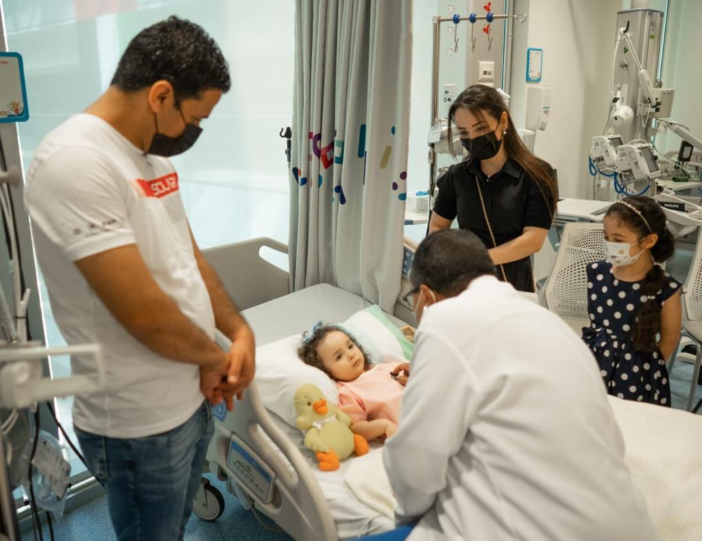 الصورة : الطفلة العراقية لافين محاطة بوالديها عقب تلقيها ابرة ضمور العضلات الشوكي في مستشفى الجليلة التخصصي للاطفال