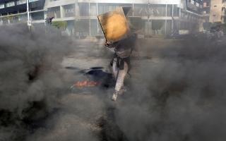 الصورة: الصورة: طرابلس اللبنانية.. احتجاجات ضد الغلاء وفرنسا تقدم هبة لسكانها