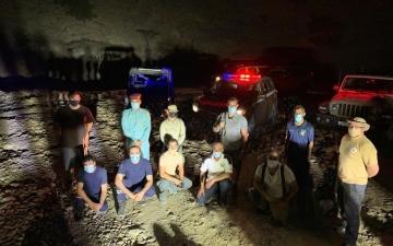 الصورة: الصورة: إنقاذ 8 أشخاص علقوا في وادي شحة برأس الخيمة