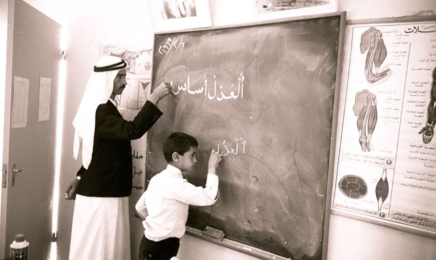الصورة : محمد بن زايد مع أحد مدرسيه في المرحلة الابتدائية | أرشيفية