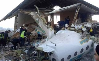 الصورة: الصورة: مصرع 4 أشخاص على متن طائرة كازاخستان المتحطمة