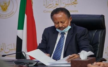 الصورة: الصورة: حمدوك يتسلم أول بطاقة فيزا مصرفية صادرة في السودان