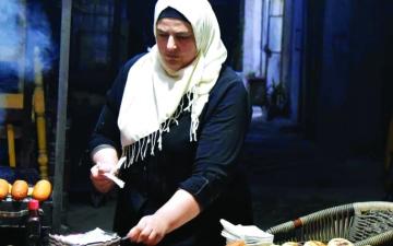 الصورة: الصورة: سيّدة تكافح لأجل الحياة بمشاريع الطبخ