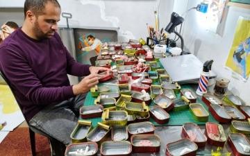 الصورة: الصورة: فلسطيني يحوّل علب السردين إلى لوحات فنية ناطقة
