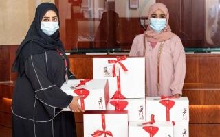 الصورة: الصورة: «صندوق المعرفة» هدية مكتبة «حمدان بن محمد لإحياء التراث» لأعضائها