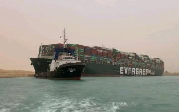 الصورة: الصورة: حركة الملاحة في قناة السويس لا تزال متوقفة بعد جنوح سفينة ضخمة