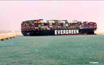 """الصورة: الصورة: هيئة قناة السويس: حركة الملاحة """"معلقة موقتا"""" حتى تعويم السفينة"""