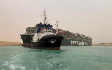 الصورة: الصورة: خطة جديدة لتعويم السفينة الجانحة بقناة السويس