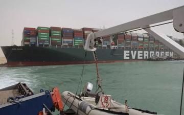 الصورة: الصورة: ما نعرفه عن السفينة الضخمة العالقة في قناة السويس