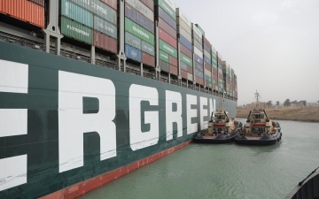 الصورة: الصورة: أنباء سارة من هيئة قناة السويس بشأن السفينة الجانحة