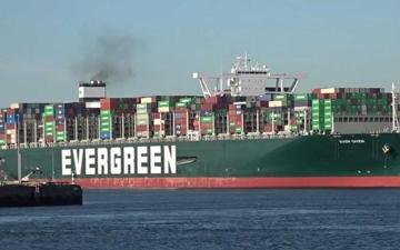 الصورة: الصورة: تعليق جهود تعويم السفينة الجانحة في قناة السويس