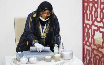 الصورة: الصورة: الأثمد.. الجبال تكحّل عيون النساء في «أيام الشارقة التراثية»