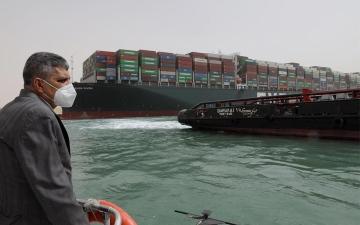 """الصورة: الصورة: الرياح ليست السبب.. مسؤول يكشف """"المتسبب"""" في حادثة السفينة الجانحة"""