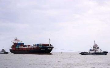 الصورة: الصورة: إنقاذ سفينة حاويات في ميناء دمياط  بمصر