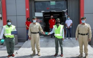 الصورة: الصورة: تكريم شرطيين بدبي قبضا على سارق خلال ساعة