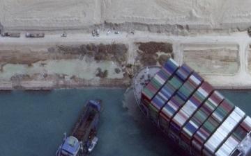 الصورة: الصورة: أخيرا.. تعويم السفينة الجانحة بقناة السويس ونجاح عملية تحريكها