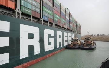 الصورة: الصورة: بالفيديو.. السفينة الجانحة تعود إلى مسارها الطبيعي
