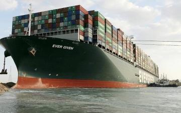 الصورة: الصورة: 14 مليون دولار خسائر يومية بسبب السفينة الجانحة