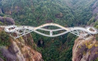 الصورة: الصورة: بالفيديو.. جسر زجاجي ملتوي في الصين يحير رواد مواقع التواصل