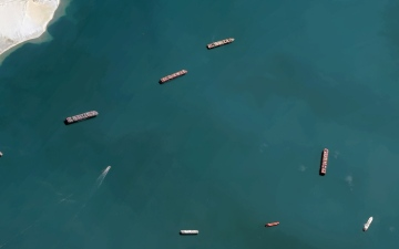 """الصورة: الصورة: عبور السفن المنتظرة عند قناة السويس سيستغرق """"ثلاثة أيام ونصف"""""""