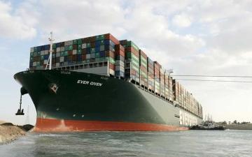 الصورة: الصورة: تعويم السفينة الجانحة في قناة السويس واستئناف حركة الملاحة