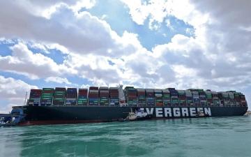 الصورة: الصورة: شاهد ..  تعويم السفينة الجانحة في قناة السويس واستئناف حركة الملاحة