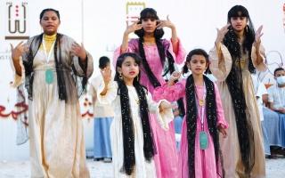 الصورة: الصورة: الأطفال يلونون سكك «الأيام» بأهازيج الفرح