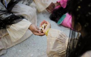 الصورة: الصورة: «الصقلة».. اللّعب مع أبناء البحر في «الأيام التراثية»