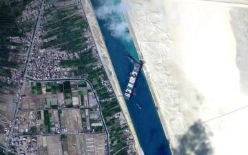 الصورة: الصورة: «خليفة سات» يواكب جهود تعويم السفينة