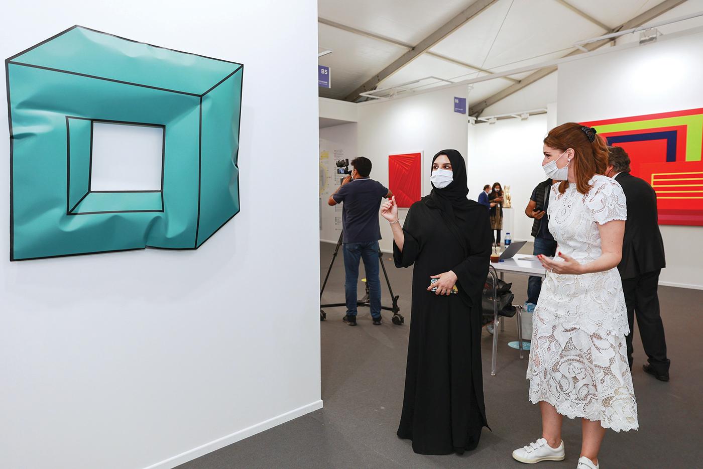 الصورة : هالة بدري خلال زيارتها المعرض | تصوير - دينيس مالاري