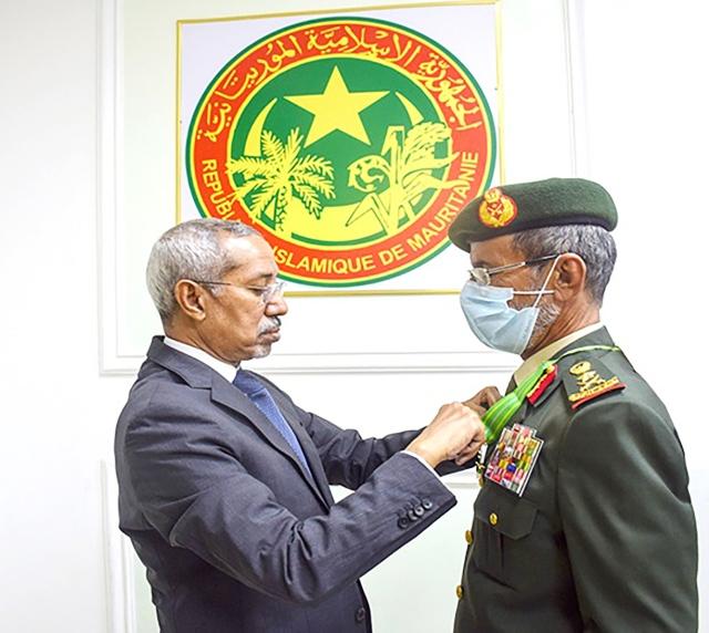 الرئيس الموريتاني يستقبل رئيس أركان القوات المسلحة ويمنحه