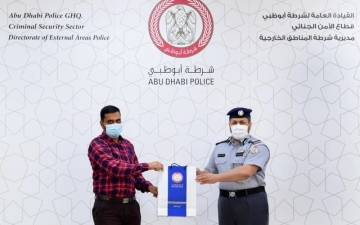 الصورة: الصورة: شرطة أبوظبي تكرّم آسيوياً لأمانته