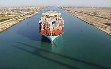 الصورة: الصورة: «قناة السويس» تقترب من إتمام عبور السفن المتأخرة