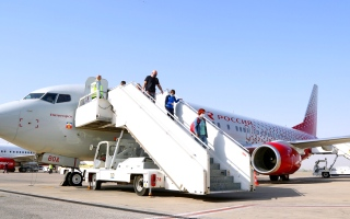 الصورة: الصورة: مطار رأس الخيمة يستقبل أول رحلة ركاب مباشرة لـ «روسيا إيرلاينز» من روسيا