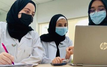 الصورة: الصورة: 3 طالبات يحصدن المركز الأول على مستوى الدولة في تطبيق «كومونويلث الذكي»