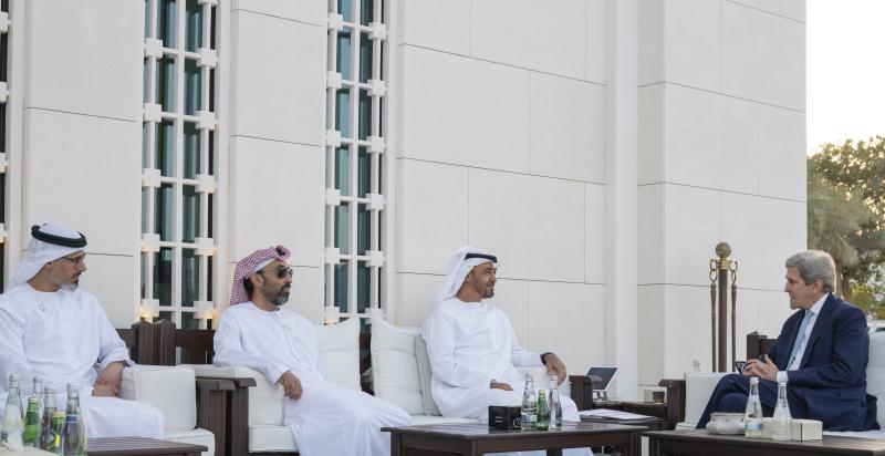 الصورة : محمد بن زايد خلال لقاء جون كيري بحضور طحنون بن زايد وخالد بن محمد بن زايد | تصوير: محمد الحمادي