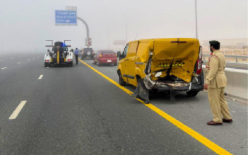 الصورة: الصورة: تصادم 28 مركبة على شارع الإمارات بالاتجاه من دبي إلى أبوظبي