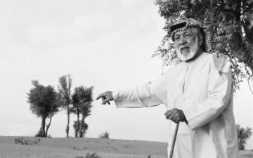 الصورة: الصورة: مهير الكتبي يحتضن جذور الغافة التي ولد في ظلها