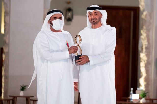 محمد بن زايد يكرّم 12 شخصية بجائزة أبوظبي