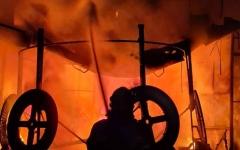 الصورة: الصورة: دفاع مدني عجمان يخمد حريقاً في الصناعية